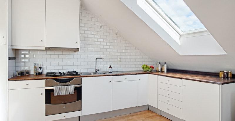 Kjøkken med heltre benkeplate, koketopp ( 4 gassbluss), stekeovn, oppvaskmaskin og nytt kjøleskap