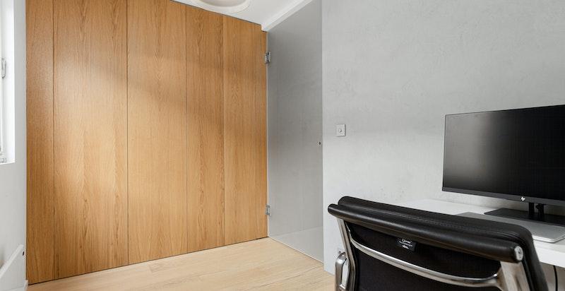 Soverom nr 3 også med garderobeskap fra gulv til tak