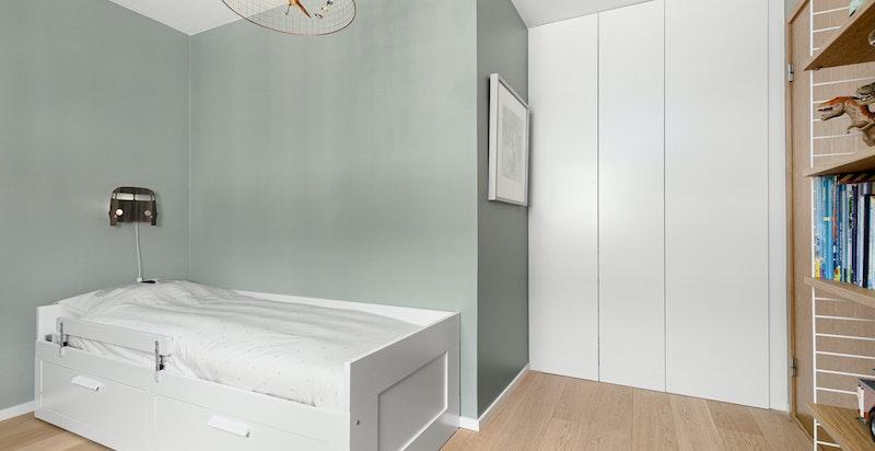 Soverom nr 3 med garderobeskap fra gulv til tak