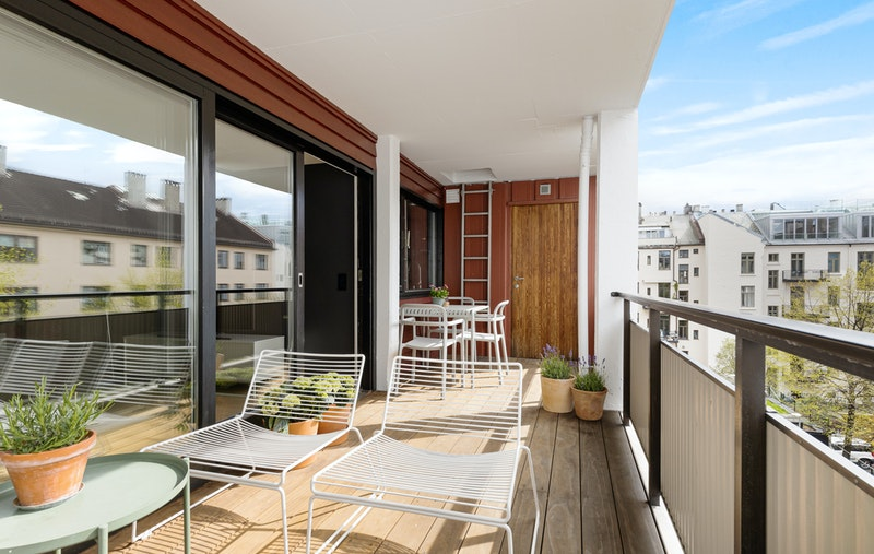 Herlig, solrik og sydvendt balkong på 13 kvm med praktisk lagringsbod i enden