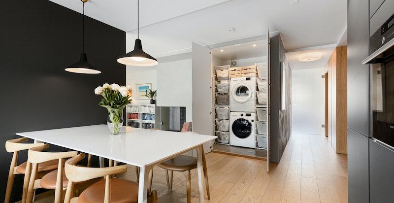 Sentralt i leiligheten er det bygget en meget praktisk vaskebod med god plass til tekstiloppbevaring