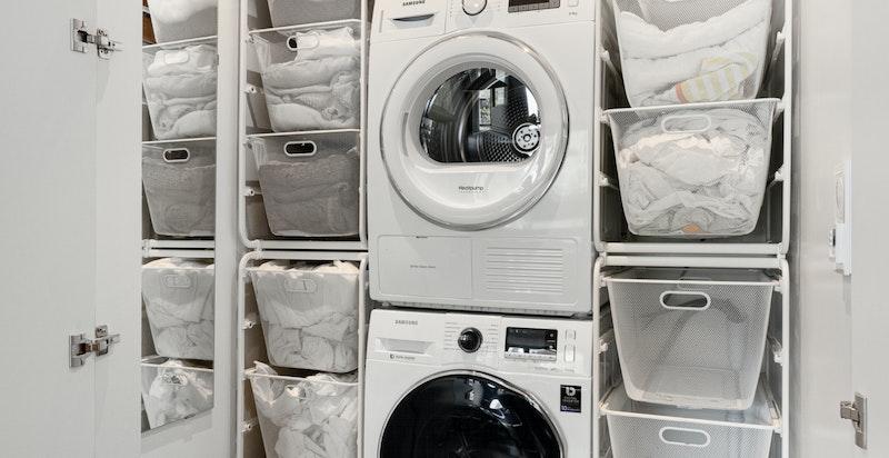 Vaskeboden er flislagt med varmekabler. Det er god plass til sorteringssystem på begge sider av søylen