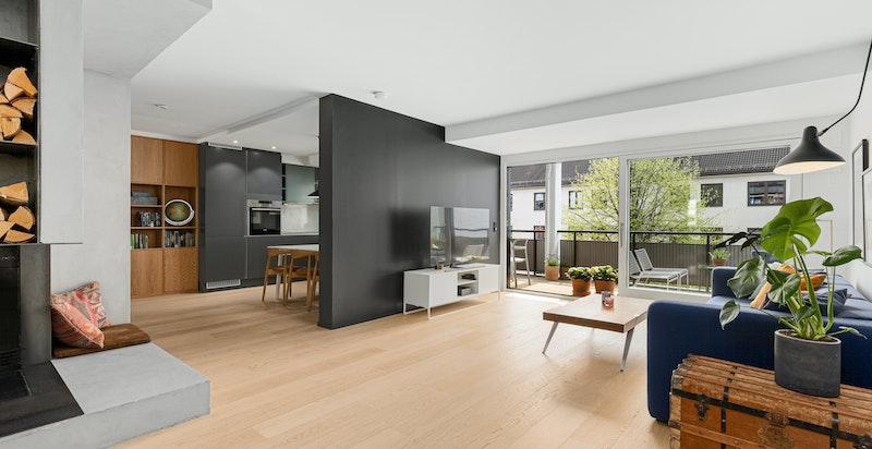 gode oppholdssoner og en arkitekttegnet lekker peis er sentralt plassert imellom rommene
