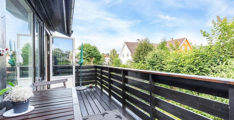 Solrik balkong med ettermiddag og kveldssol