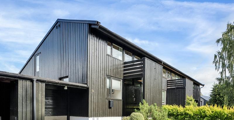 Fasade med garasje og forhage