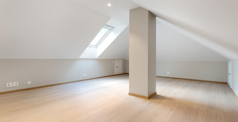 Stort isolert loft med fast trappadkomst - to takvinduer i kombinasjon med lyse overflater
