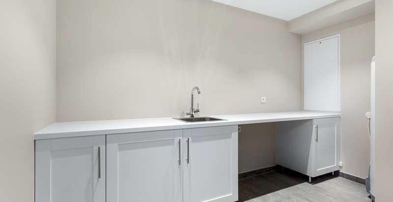 Praktisk og romslig vaskerom i u. etasjen med opplegg for vaskemaskin og tørketrommel