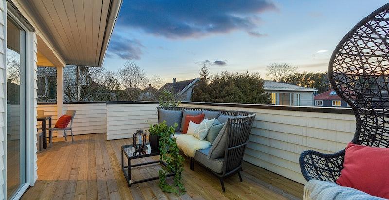 Romslig terrasse med gode solforhold mot sydvest