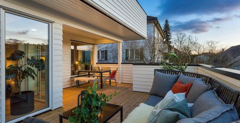 Stor, solrik terrasse med utsyn