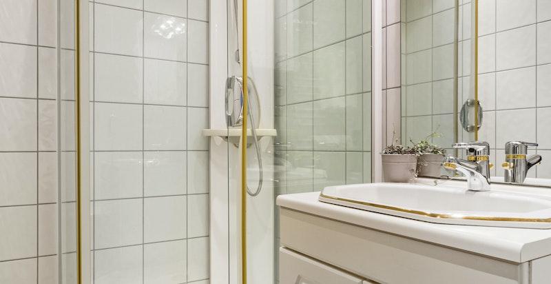 Flislagt dusjbad i underetasjen - nytt i 2003