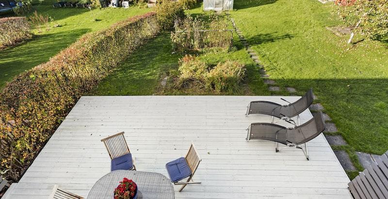 Terrasse utenfor stuen (vest) - stor tomt - felles robotgressklipper!