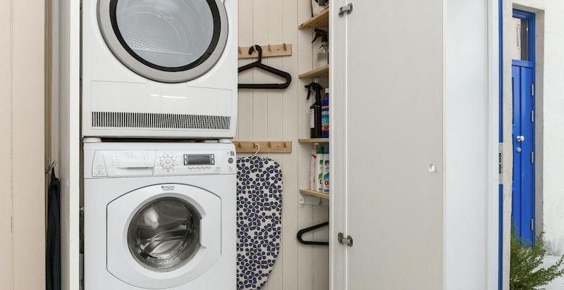 Smart og skjult vaskerom med eget sluk, vifte og plasbyggde hyller