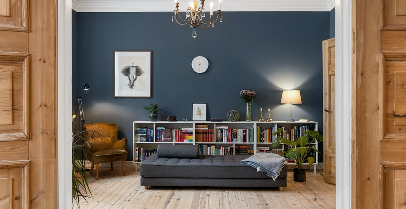 Originale detaljer og flotte trefyllingsdører mellom stuene