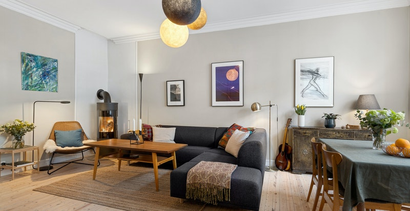God plass sittegrupper med tilhørende møblement og TV-seksjon