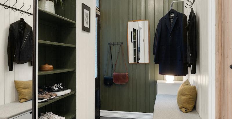 Entré med plassbygget hylle og sittebenk til lagring av yttertøy