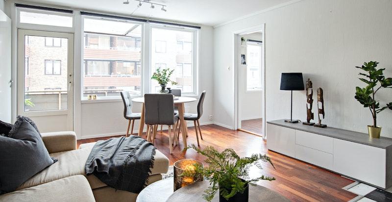 Leiligheten er beliggende i byggets 2. etasje (plan 3) og består av stue, kjøkken, soverom, entré og bad. I tillegg disponerer boligen bod i kjeller og på loft.