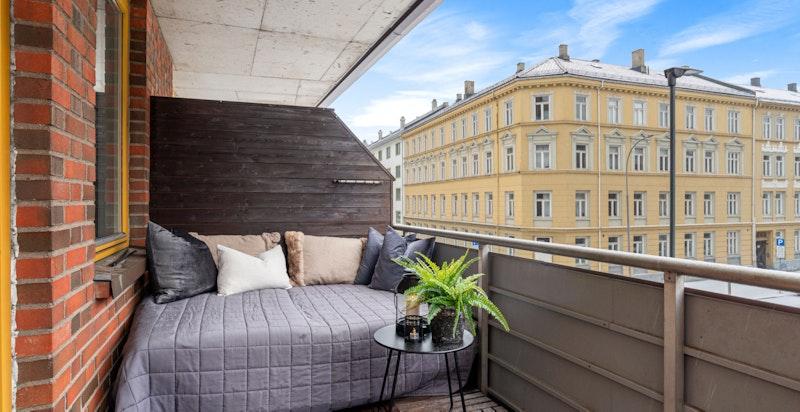 Fra stuen er det utgang til en sørøstvendt balkong med plass til utemøblement.