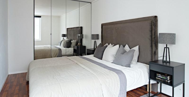 Boligens soverom er av god størrelse med plassbygget garderobeløsning.