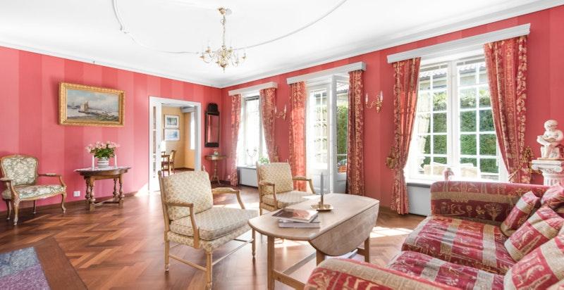 Flott stue med peis og utgang terrasse