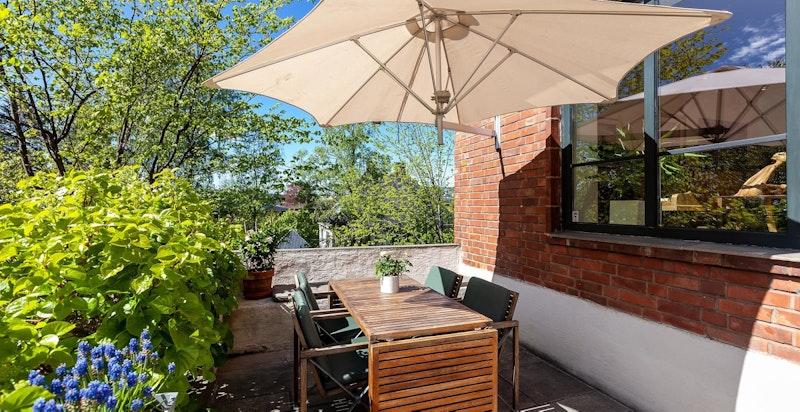 Terrassen er tilknyttet hagen med adkomst fra stue/spisestue