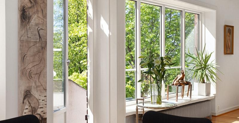 Stue/spisestue med flotte lysforhold gjennom store vindusflater