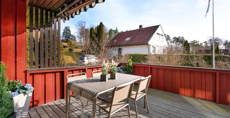 Terrassen er delvis overbygget og utstyrt med en stor terrassemarkise