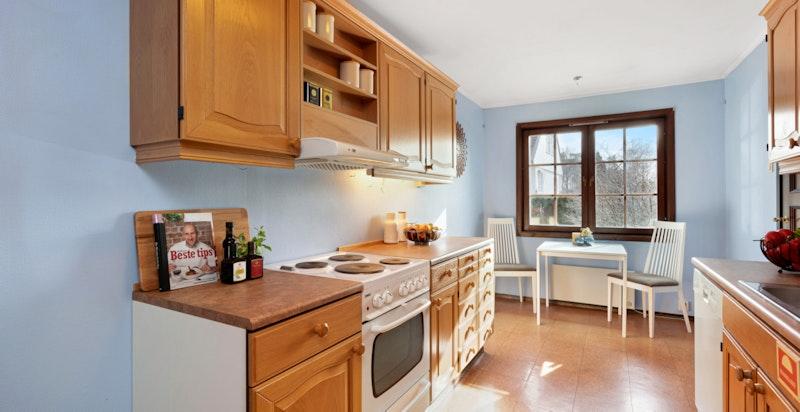 Kjøkkenet er romslig og plass til spisebord