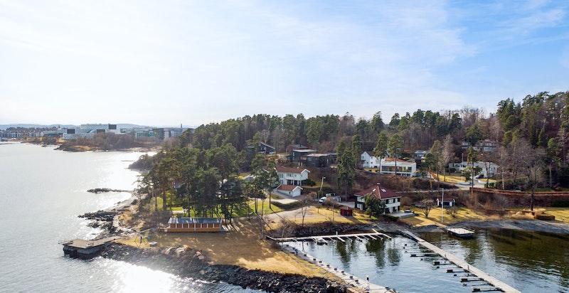 Fornebo Vel har en stor eiendom med badeplass og brygger