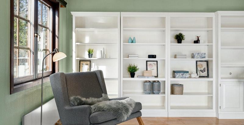 Den romslige stuen er lett å møblere