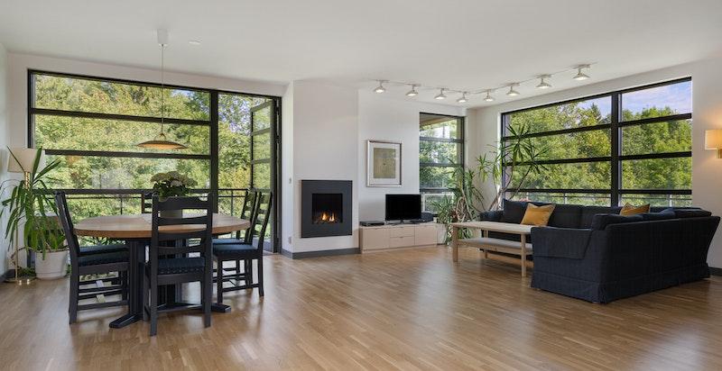 Lys, luftig stue med store vindusflater