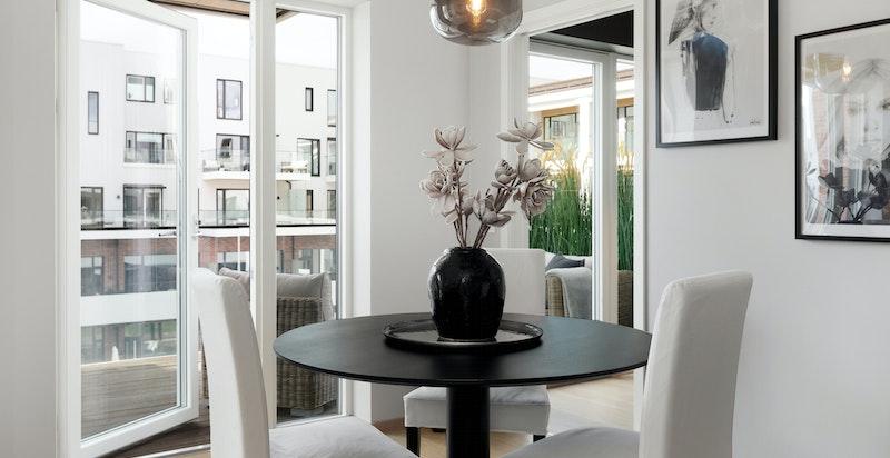 God plass til både sofagruppe og spisebord med flott utsikt