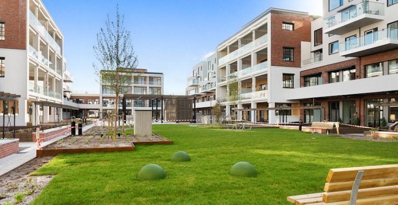 Utearealene preges av flotte grøntområder, benker og spennende fasader på omkringliggende bygg