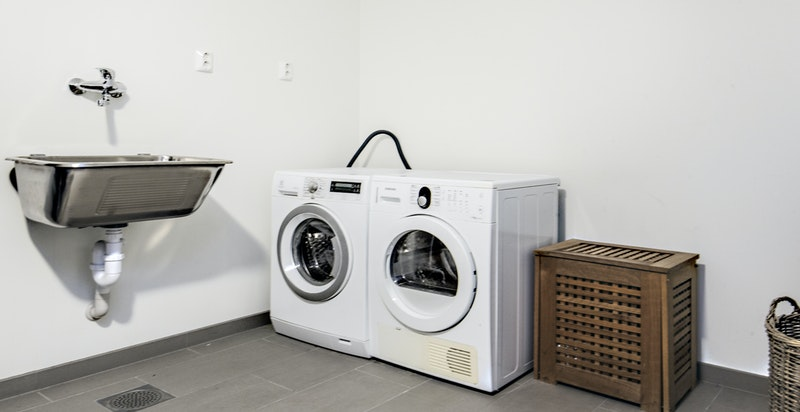 Vaskerom / Grov garderobe i underetasje med direkte adkomst fra garasje