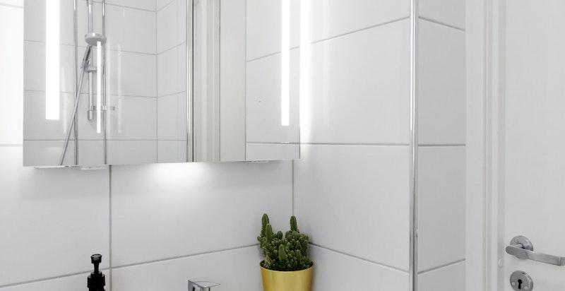 Servantseksjon og belyst speil med oppbevaring