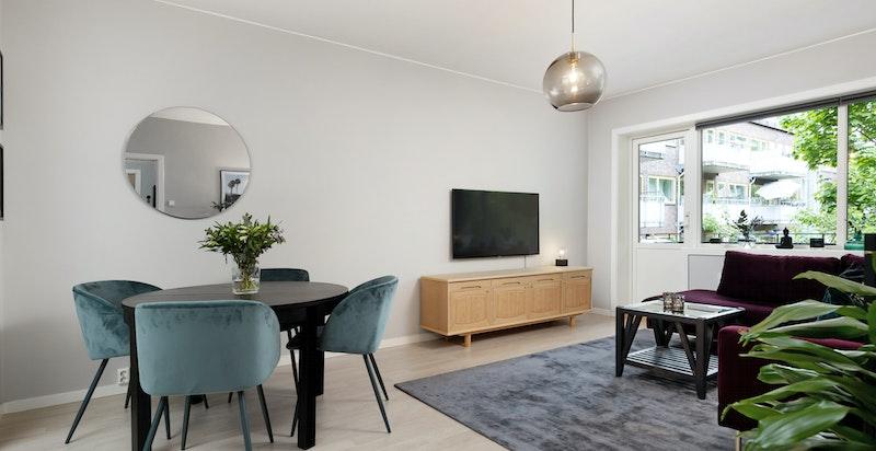 Stue med naturlig spiseplass tillknyttet kjøkken