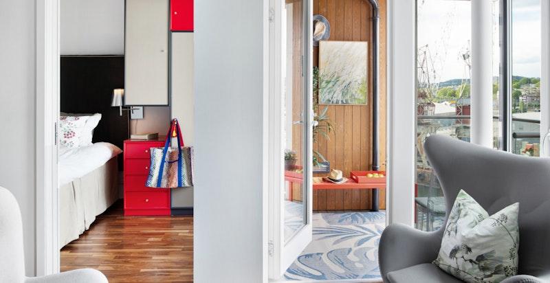 Fra stuen mot balkongen og soverommet - lyst og luftig