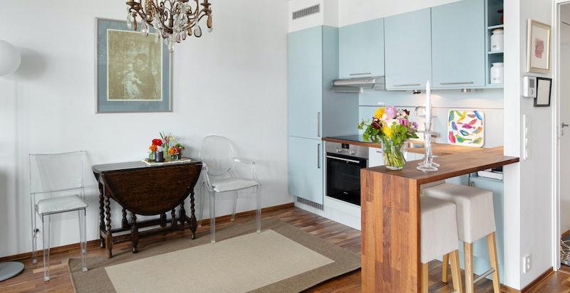 Hyggelig kjøkken med spiseplass - åpent mot stuen