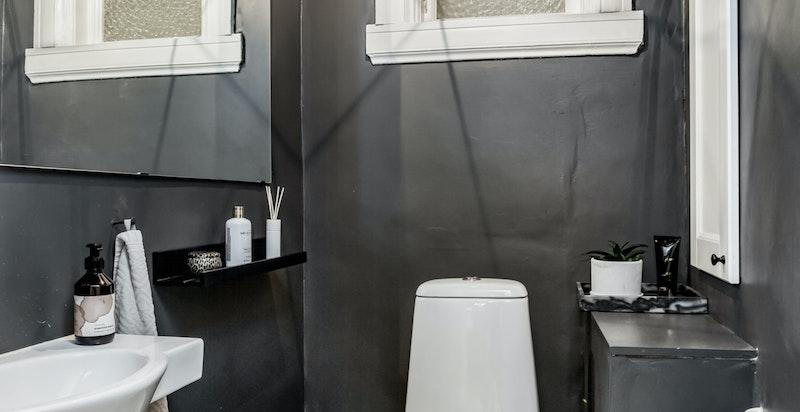 Separat toalett med historiske gulvfliser med mønster inspirert av italiensk eldre design.