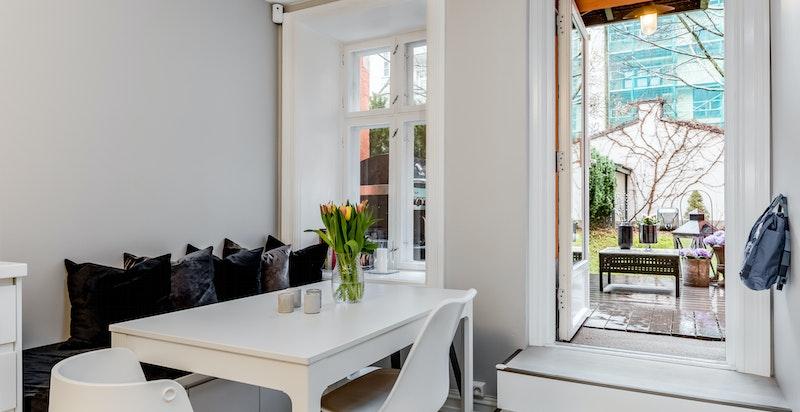 Hyggelig spiseplass ved det store vinduet i kjøkkenet.