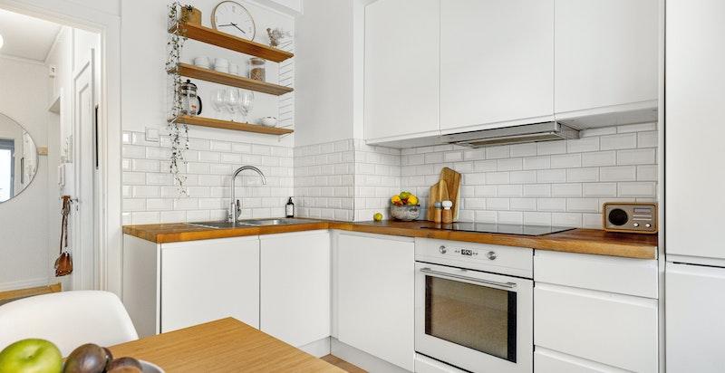 Stilrent kjøkken fra 2010 med spiseplass