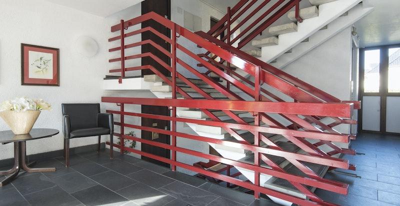 Trappeoppgangen, men også heis