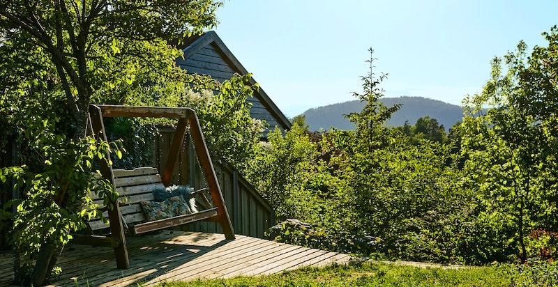 Boligen ligger på toppen av Capralhaugen med gode solforhold og lite innsyn