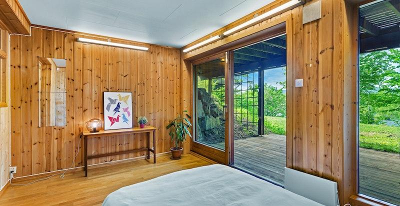 Soverom/stue i underetasje med egen adgang til nedre hageplan