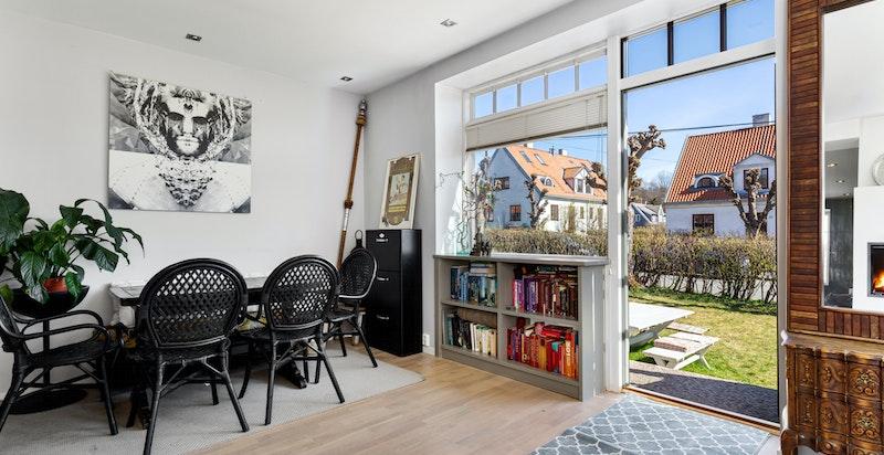 Stue med utgang til idyllisk solrik hage