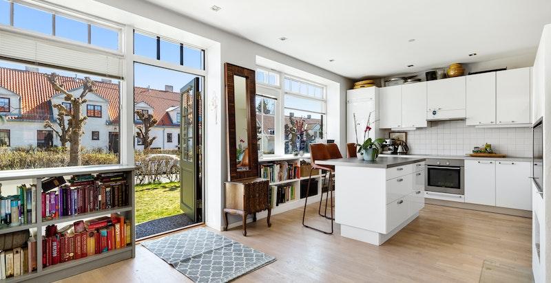 Romslig stue og lekkert kjøkken med kjøkkenøy