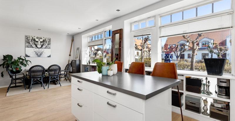 Fra kjøkken ut til stuen - direkte adkomst til hage
