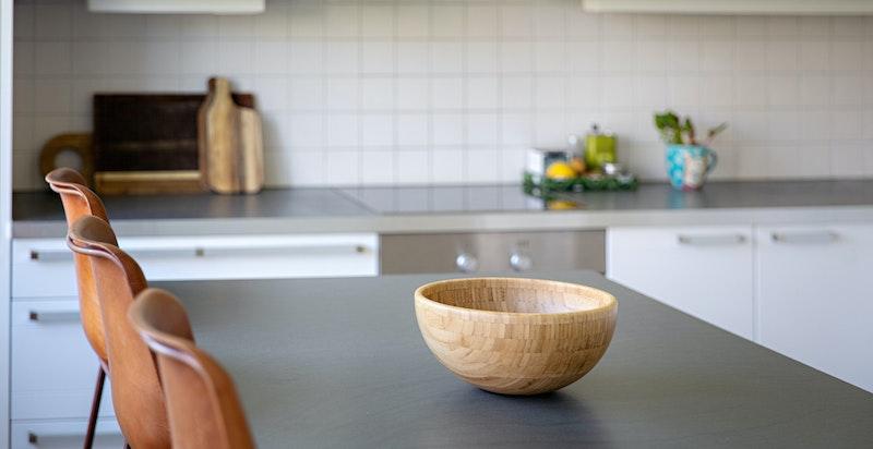 Kjøkkenøy med spiseplass