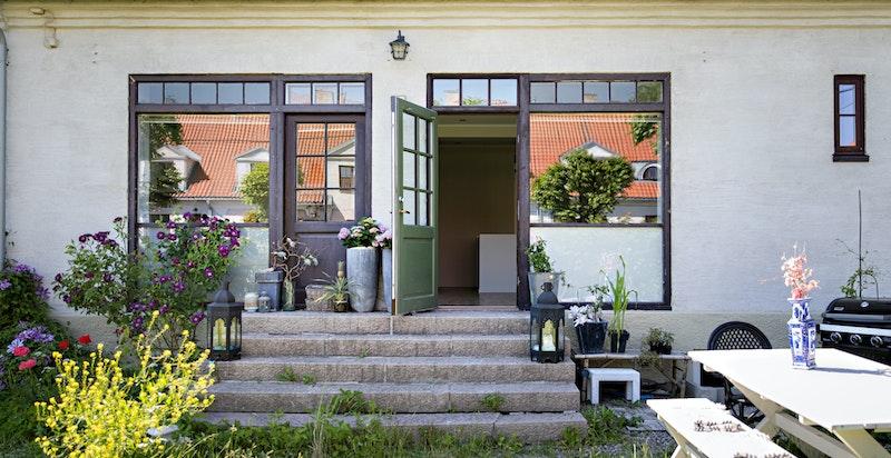 Adkomst fra stue til felleshagen - denne boenheten har unike store vinduer