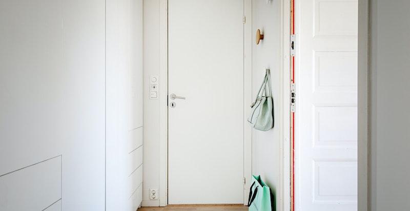 Entré med garderobeskap - adkomst til gjeste-wc
