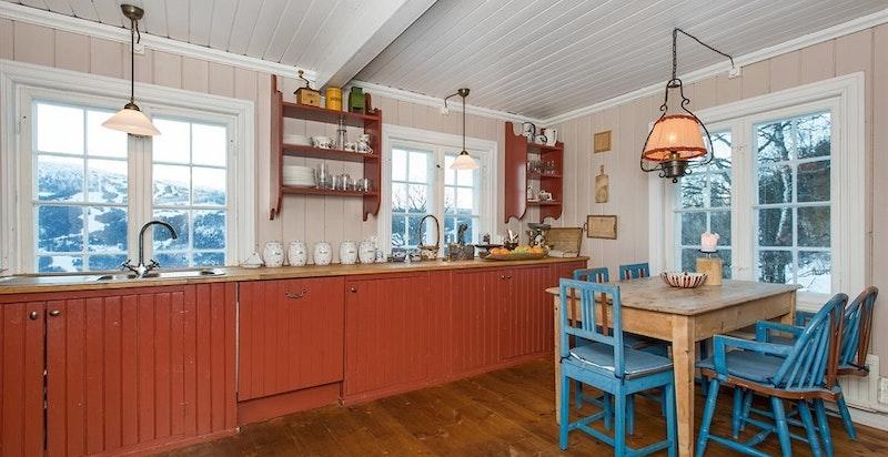 Kjøkkenet er et eldre, praktisk og klassisk kjøkken.